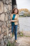 Den härliga sexiga brunettflickan poserar nära stenväggen Royaltyfria Bilder
