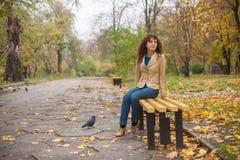 Den härliga sexiga brunettflickan poserar nära stenväggen Royaltyfri Bild