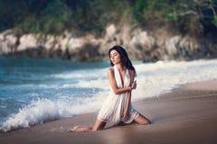 Den härliga sexiga flickan som poserar på stranden Royaltyfria Bilder