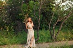 Den härliga sexiga kvinnan går i parkera royaltyfri bild