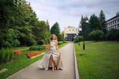 Den härliga sexiga kvinnan går i parkera royaltyfria bilder