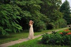 Den härliga sexiga kvinnan går i parkera royaltyfri foto