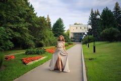 Den härliga sexiga kvinnan går i parkera royaltyfria foton