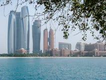 Den härliga sikten av den Abu Dhabi staden står högt och arkitektur royaltyfri foto