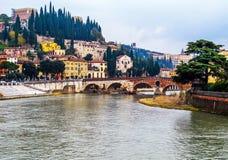 Den härliga sikten av cityscapen av Verona Italy, Riveret Adige och det historiskt stenar bron Ponte Pietra royaltyfria bilder