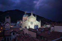Den härliga sikten av den Como kupolen i Italien tände på skymning Arkivfoton