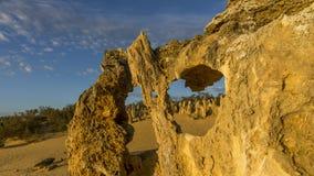 Den härliga sikten av höjdpunkterna deserterar med vaggar exponerat av inställningssolen, västra Australien arkivbilder