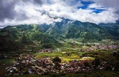 Den härliga sikten av hus- och bergbyn med ris terrasserar Java ö, Indonesien fotografering för bildbyråer