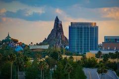 Den härliga sikten av Volcano Bay vatten parkerar och det Aventura hotellet på solnedgångbakgrund på Universal Studios område royaltyfri foto