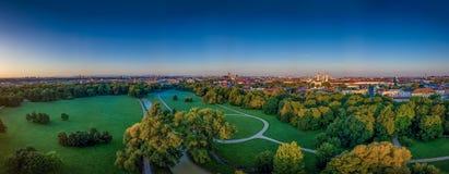 Den h?rliga sikten fr?n ett surr p? Englischeren Garten av Munich p? en otta arkivbilder