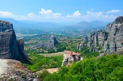 Den härliga sikten från platå till den Thessaly dalen med storstilat vaggar och ortodoxa kloster, Meteora, Arkivbilder
