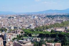Den härliga sikten från Stets Peter basilika över staden av Rome arkivfoto