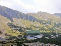 Den härliga sikten i polska berg tarn Royaltyfri Foto