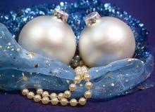 Den härliga silvriga bollen för ` s för det nya året, briljant glitter och en pärla pryder med pärlor på en blå bakgrund - samman Arkivfoto