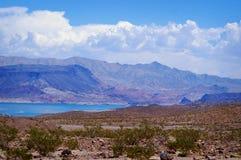 Den härliga sjömjödet, Nevada med vit fördunklar över berg Arkivbild