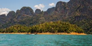 Den härliga sjön på Cheow Lan Dam Ratchaprapha Dam, Khao Sok National Park, Thailand Royaltyfria Foton