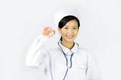 Den härliga sjuksköterskan på en vit isolerade bakgrund, Dis Arkivfoton