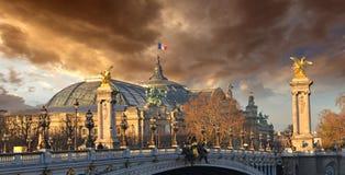 Den härliga skyen formar över de storslagna Palais des-Mästarna-Elysées - Royaltyfri Foto