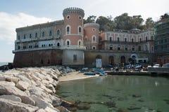 Den härliga slotten kallade Villa Volpicelli i det Posillipo området i staden av Naples royaltyfria bilder