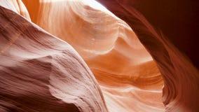 Den härliga smala kanjonen med röd slätt och krabbt vaggar snidit av vatten lager videofilmer