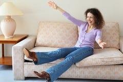 den härliga soffan hoppade kvinnan arkivbild