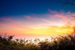 Den härliga solnedgången är en sommarmorgon Arkivfoto