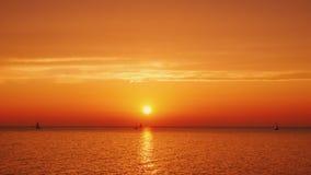 Den härliga solnedgången över Lake Ontario i USA, yachter är synlig i avståndet arkivfilmer