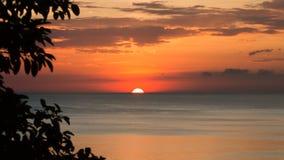 Den härliga solnedgången i vintern Arkivbilder