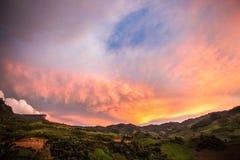 Den härliga solnedgången med molnet Royaltyfria Foton