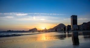 Den härliga solnedgången och kanten av Atlantic Ocean på Copacabana sätter på land, Rio de Janeiro, Brasilien royaltyfria foton