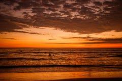 Den härliga solnedgången på stranden av Ecuador Royaltyfri Fotografi