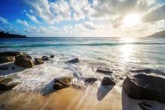 Den härliga solnedgången, den tropiska stranden för paradiset, granit vaggar, seychell royaltyfri fotografi