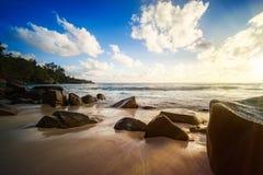 Den härliga solnedgången, den tropiska stranden för paradiset, granit vaggar, seychell royaltyfri bild