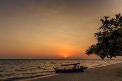 Den härliga soluppgången på den klara himlen med fartyget Royaltyfri Bild
