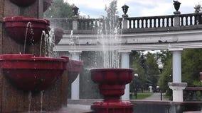 Den härliga sommarspringbrunnen i det offentligt parkerar av staden arkivfilmer