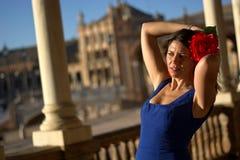 Den härliga spanska kvinnan med blått klär och steg i Plaza de Espana Royaltyfri Bild