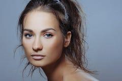 Den härliga sportflickan med vård- flår av vänder mot och naturlig makeup Royaltyfri Fotografi
