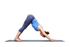 Den härliga sportiga passformyogiflickan öva yogaasanaadhomukhaen sv royaltyfria foton