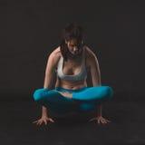 Den härliga sportiga yogiflickan öva yogaasana Fotografering för Bildbyråer