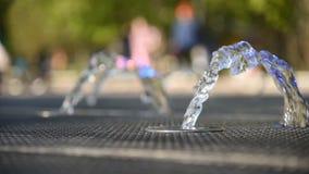 Den härliga springbrunnen i staden parkerar i sommar lager videofilmer