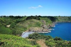 Den härliga steniga kustlinjen med kiselstenar sätter på land nära Plouha Brittany France royaltyfria foton