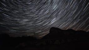Den härliga stjärnan skuggar Time-schackningsperiod över kullarna Polar Polstjärnan på mitten av rotation stock video