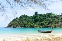 Den härliga stranden med fartyget i en ö, Thailand Arkivfoto