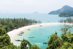 Den härliga stranden med fartyget i en ö, Thailand Arkivbild