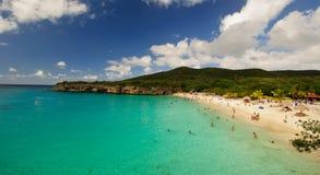 Den härliga stranden med turkos bevattnar i det karibiskt royaltyfria foton