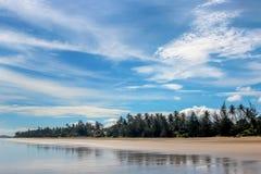 Den härliga stranden på en bakgrund av moln och gömma i handflatan Fotografering för Bildbyråer