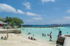 Den härliga stranden på den Villingili ön på Maldiverna trängde ihop vid lokalt folk royaltyfri foto