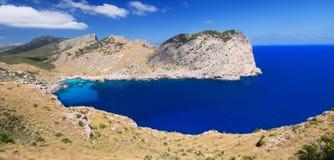 Den härliga strandfjärden kallade Cala Figuera på udde Formentor i Mal Royaltyfria Bilder