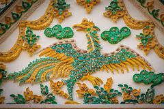 Den härliga stuckaturen av gavelväggen med den gula svanen dekorerade wi royaltyfri foto