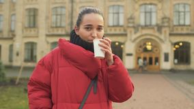 Den härliga studenten dricker kaffe lager videofilmer
